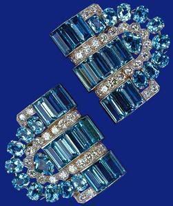 La reine Elizabeth porte d'autres bijoux de l'aigue-marine, y compris les Broches Boucheron aigue-marine et Diamant-clip donné à l'occasion de son 18è anniversaire en 1944 par ses parents, le roi George VI et la reine Elizabeth. Sa Majesté la Reine porte souvent les clips Boucheron.