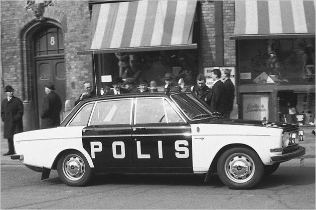Volvo 144 1967, Sweden. ~ Omg, I die... Swedish black and white Volvo police car. <3
