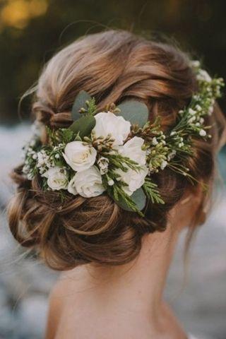 Couronne de fleurs de mariée – 20 idées de coiffures de mariée !