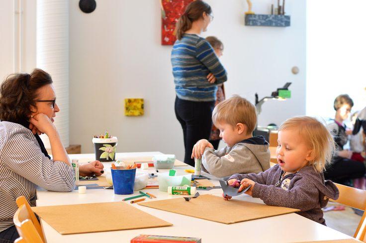 Oulun taidemuseossa oli tarjolla monenlaisia pajoja, joissa muun muassa piirrettiin, varjoleikittiin ja musisoitiin.