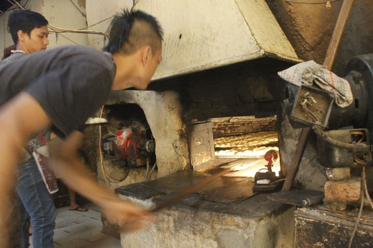 The bakery of TAN KENG CU bakery is still very traditional and survived from 1926  #INDONESIA  #CIANJUR #VIBES #JAVA #BREAD