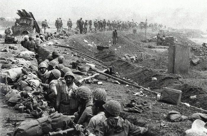 the-iran-iraq-war-troops-in-trenches-on-the-iran-iraq-border.jpg (700×462)
