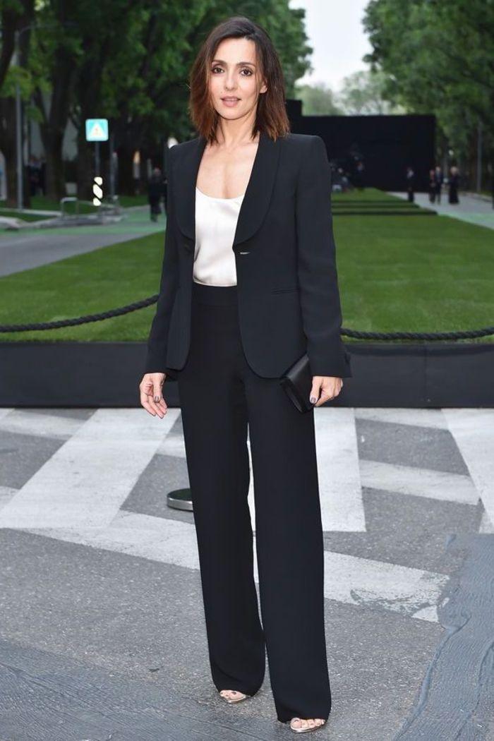 comment choisir un tailleur pantalon femme pour ceremonie de mariage, un  tailleur pantalon noir de coupe élégante classique associé à un top satiné 06a07241fc32