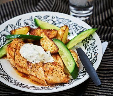 Kyckling med klyftpotatis och basilikakräm | Recept ICA.se