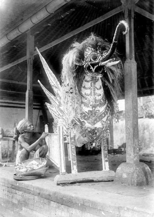COLLECTIE TROPENMUSEUM Een doodskist in de vorm van een fantastisch dier voor een crematie op Bali TMnr 10003751.jpg
