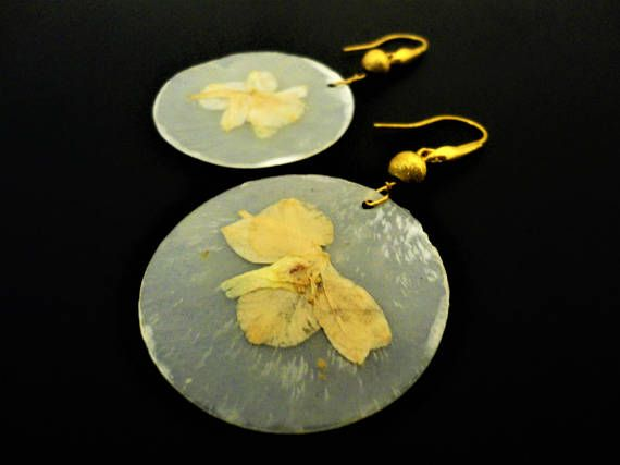 Pearl White Earrings with Dried Flower. Mother of Pearl