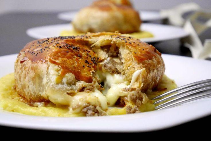 Il tomino alla Wellington su crema di porri è uno sfiziosissimo piatto vegetariano.