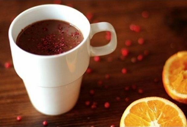 Aromático com laranja e pimenta rosa. | Estas receitas de chocolate quente vão te dar vontade de lamber a tela