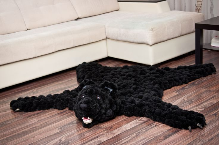 Шкура медведя из помпонов добавит сдержанному интерьеру в классическом стиле оригинальности. Мишка также здорово впишется в интерьеры других стилей - ведь черный цвет подходит ко всему! #помпон #пумпон #тепло #уют #вязание #ручнаяработа #fashion