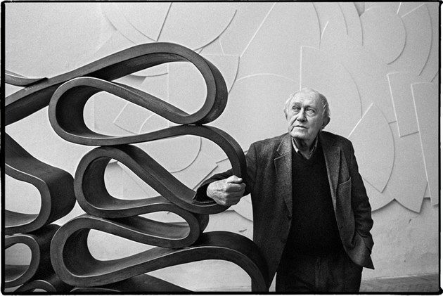 The sculptor Stanislav Kolíbal in his Prague studio based on metal sculpture that was to become in front of the Czechoslovak Embassy in Brazil (1963). Behind it, then dimensional sculpture that had the same prosecutor to serve as a dividing wall.