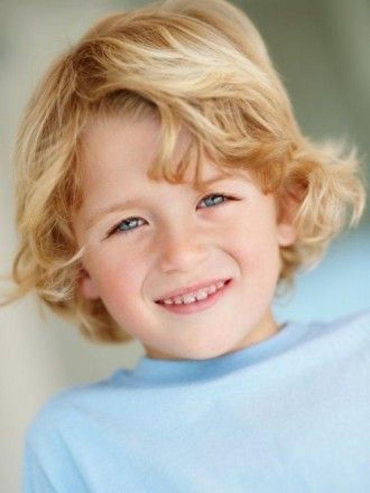 Idée de coiffure cheveux longs pour petit garçon : Sur le côté