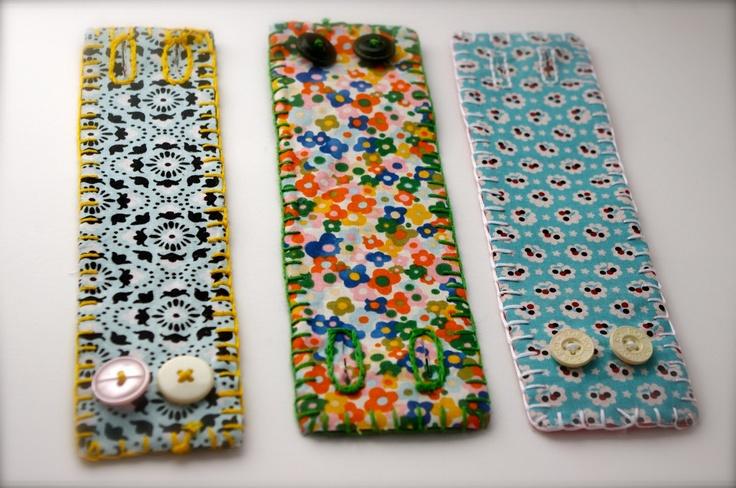Stoffen armbanden met 2 knopen. Omrand met een patchwork steek