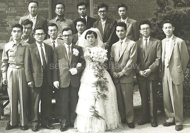 VINTAGE PHOTO: LARGE AFFLUENT SOUTH KOREAN WEDDING PARTY 1959