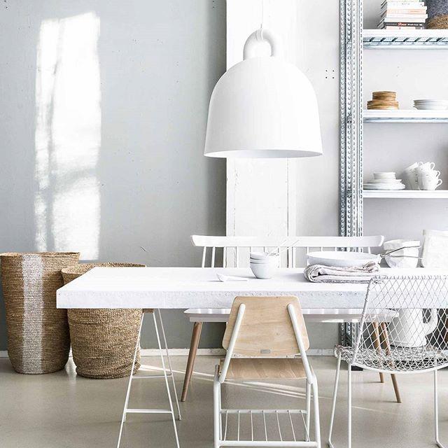 LUCHTIG • hou je van eenvoud? Met ranke poten, lichte kleuren en luchtige meubels geef je je eetkamer een rustige look. Een uit de kluiten gewassen lamp maakt het net wat spannender. Fotografie @sjoerd_eickmans | Styling @MarianneLuning