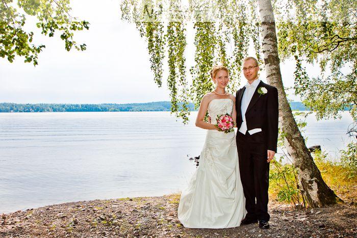 Hääkuvausperinne. Suomalaisessa perinteessä koivu symboloi naisen viattomuutta, kuten myös valkoinen asu.