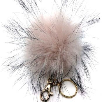 Schlüsselanhänger POM-POM aus Finraccoon rosa-grau, POM-POM Schlüsselanhänger rosa Hit-Piece Der kuschlige Pom-Pom Schlüsselanhänger aus Finraccoon in rosa zaubert einen romantischen Touch an Ihre Tasche.  Pelz erlebt zu Zeit ein Revival. Clippen wir den luxuriösen Anhänger an die Handtasche oder Schlüsselbund. Passt zu allen angesagten Looks! €39.00