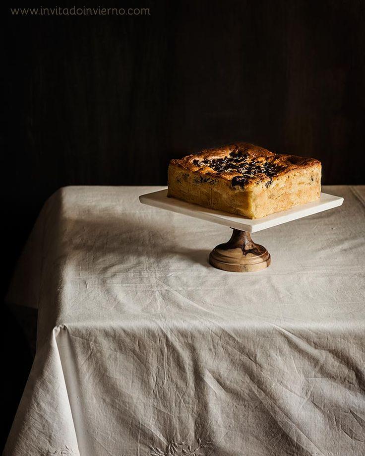 Pastel de manzana ruso, charlotka, una masa de bizcocho con montañas de manzana en gajos, aromatizado con limón. Elaboración con fotos paso a paso