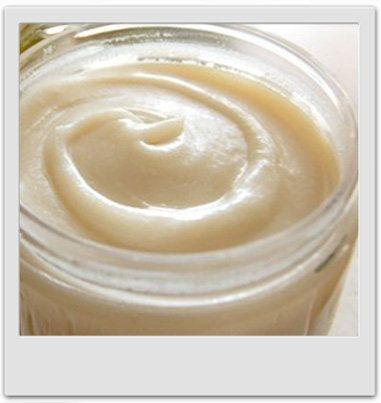 Un après-shampooing embellissant qui démêle, lisse et parfume les cheveux délicieusement... Ingrédients de la recette 200 grammes d'eau de source 12 grammes de BTMS 3 grammes d'Olivem 1000 5 grammes d'huile de brocoli 2 grammes de lactate de sodium 3 grammes de kératine 1 gramme d'huile essentielle de ylang ylang...
