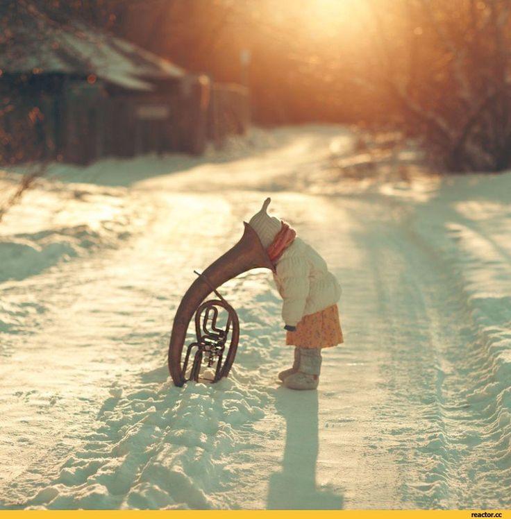 Красивые фотографии,ребенок,труба,валторна,зима,оказалось это не валторана,это…