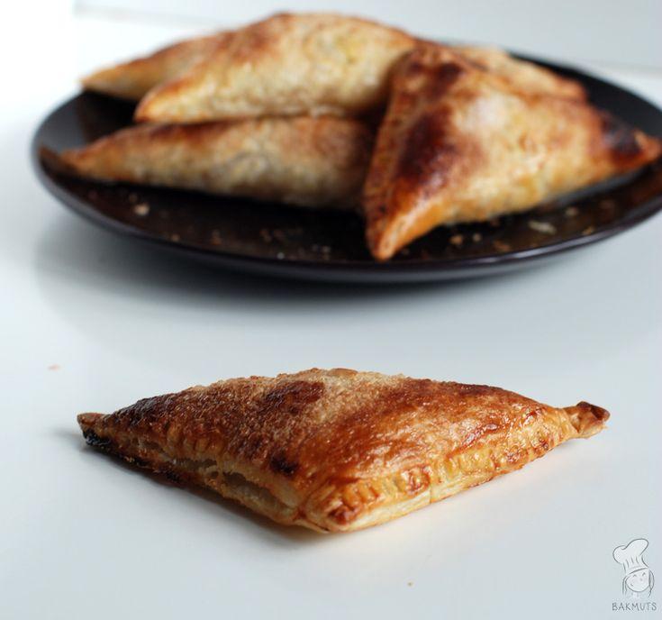 Luxe appelflappen gevuld met een smeuïge vulling van zelfgemaakte appelmoes met abrikozen. Lekker om te trakteren of bij de koffie! (Lees het recept via de bron.)