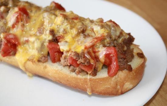 Il crostone di pane alla salsiccia è una preparazione veloce e saporita, si prepara abbrustolendo le fette di pane tagliate spesse e insaporendole co...