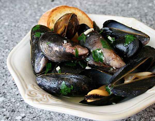 Italian Food Forever » Mussels In Garlic Butter Sauce - Such an easy and delicious Primal recipe. (Sub ghee for butter to make it Paleo/Whole30 compliant) May we suggest serving it with some roasted sweet potato fries to soak up the extra sauce???