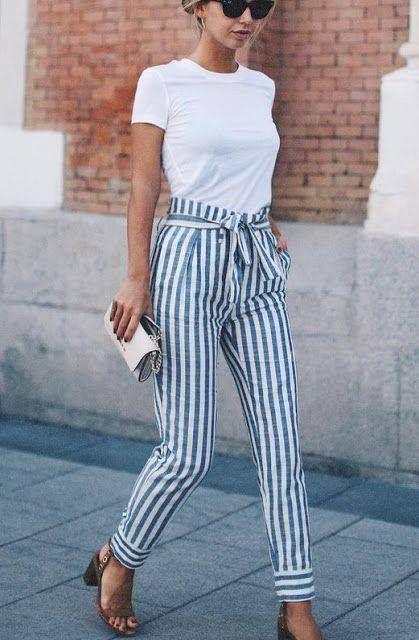 Pantalones de rayas y camiseta.