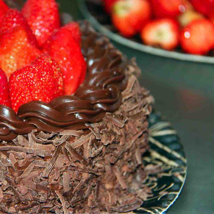 Bolo Morango Trufado: Massa de chocolate recheada de creme de chocolate e pedaços crocantes de chocolate branco. Cobertura de chocolate e morangos frescos. #love #cake #DiNorma