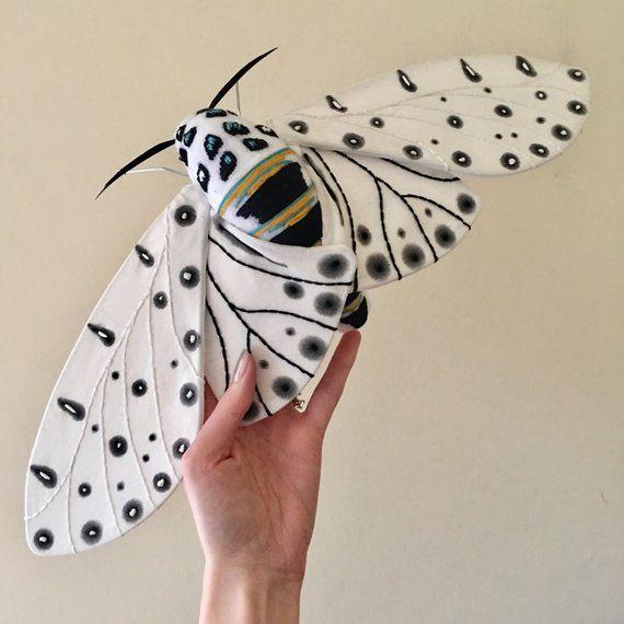 Dies Ist Eine Stoff Soft Skulptur Von Einer Riesigen Leopard Motte Hypercompe Scribonia Es Ist Von Hand Bemalt Und Bestick Insect Art Textile Sculpture Moth
