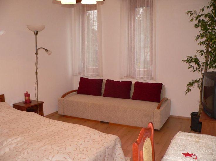 Kihúzhatós kanapéval ellátott szobák.  http://almafa-apartman.hu/#ajx/