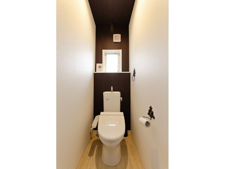 Kurumiruさんのトイレの全体の様子『ホワイトにブラウンのアクセントクロス。』(8712-4)