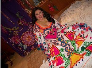 La manta Guajira : Es el vestido tradicional de las indígenas Wayuu que habitan en La Guajira - Colombia  esta manta se usa para actos sociales muy especiales y es bordada a mano por las artesanas   mas informacion en:  http://dld.bz/ajW7X | guajilinda