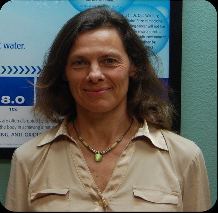 Woda alkaliczna i jej działanie wyjaśnia lekarz naturalnej medycyny chińskiej i akupunkturzystka Mary Kay Cetan. Założycielka Centrum Zdrowia Naturalnego w Sarasocie (USA).