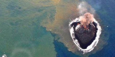 nouvelle #île #Japon #volcan #Magazine Source de l'image : AFP : http://sciencesetavenir.nouvelobs.com/nature-environnement/20131127.OBS7081/japon-coulee-de-lave-sur-la-nouvelle-ile-apparue-au-sud-de-tokyo.html
