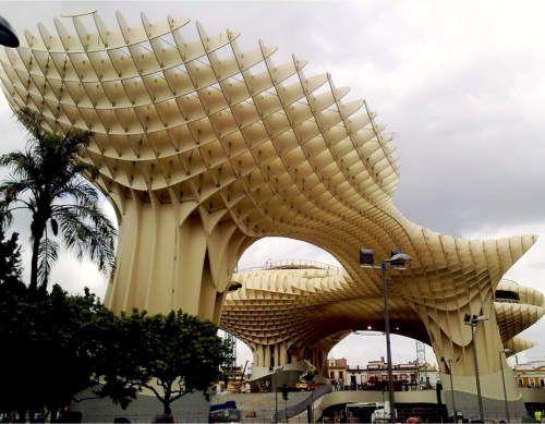 Metropol-Parasol Plaza de la Encarnación en Sevilla, bekijk de foto's en de video's op de pagina,  imho tè mooi om niet mee te maken.  Fenomenale houtstructuur die oud Sevilla verbind met nieuw, er onder - souterrain zeg maar - de voormalige buitenmarkt, er om heen winkels en er òp (!) speelplezier :-)