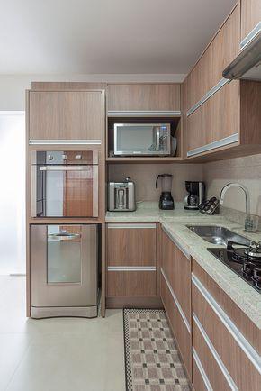 A torre de eletrodomésticos comporta máquina de lavar louças e forno elétrico. Projeto de reforma: Studio42 Arquitetura e Interiores