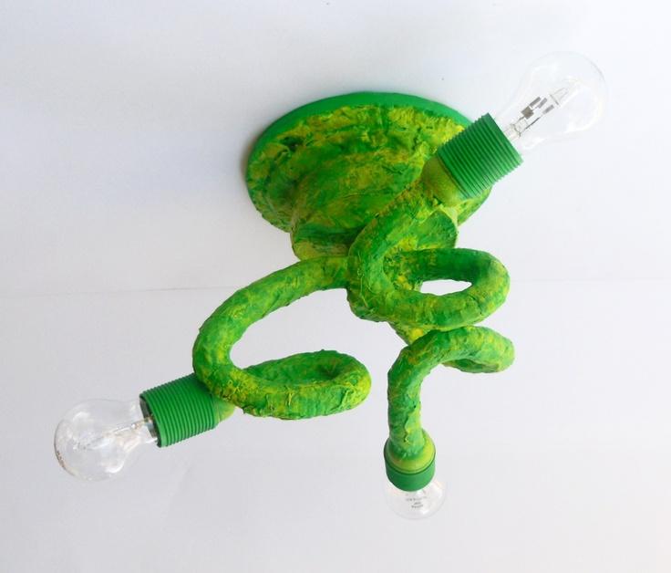 Il lampadario è stato realizzato esclusivamente con materiali di recupero. Riproporre carta, plastica e cartone assemblandoli e consentendo loro una nuova possibilità è stato uno degli obiettivi principali fin dalla sua progettazione.