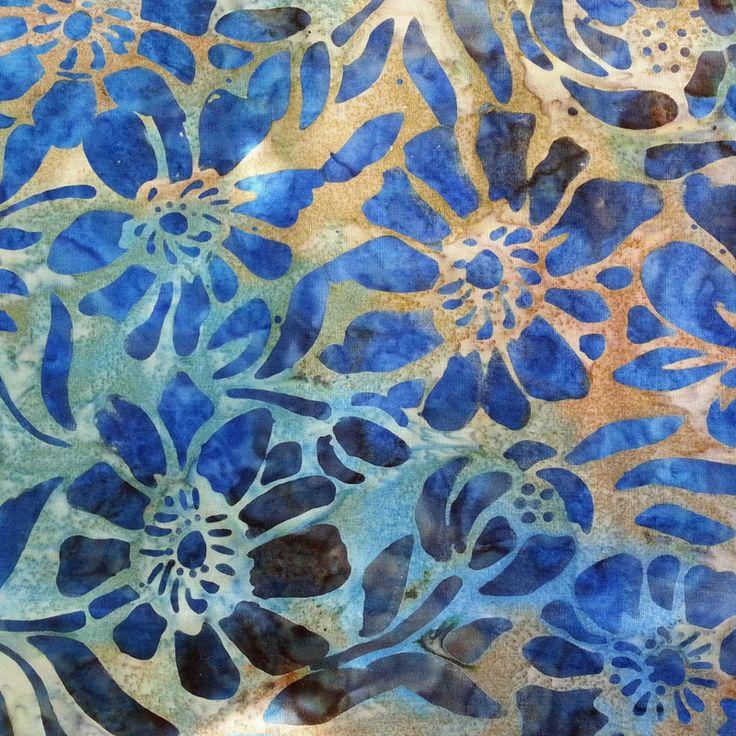 Je ne suis pas une fana du bleu ... Mais je suis tombée sur ce batik : Bleu , mais pas que ... Bleu , mais pas trop . Je l'ai observé...