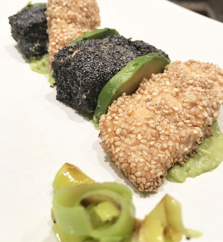 Bocconcini di salmone in crosta di sesamo e semi di papavero su crema di avocado (per la ricetta chiedetemi in Instagram)