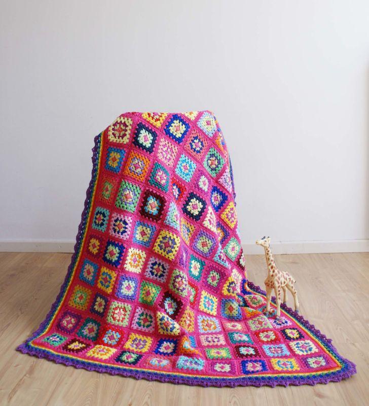 Kleurrijke gehaakte vintage sprei. Handgemaakte retro deken/plaid.