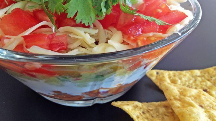 Hvorfor ikke lage fredagstacoen i én og samme bolle, med lag på lag av alle ingrediensene du liker best? Bønner, rømme, guacamole, salsa, ost og tomater spises med nachos som bestikk. Foto: Lise Feirud / Sunn & syndig