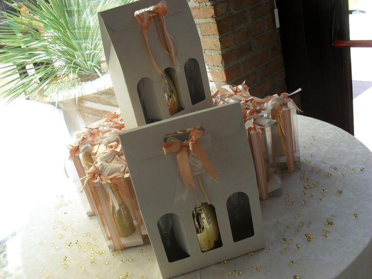 Le bomboniere sono delle elegantissime bottiglie di spumante dorate. Per un brindisi agli sposi anche quando gli ospiti saranno a casa.