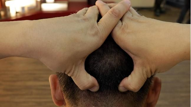 Gegen Spannungskopfschmerzen (Hinterkopfschmerzen) Mit beiden Daumen auf dem Hinterkopf über Haaransatz Akupressur ausüben. Oberkörper leicht nach vorne neigen, leichte Kinn zur Brust halten und mit beiden Fäusten im Kreuz Bereich klopfen oder mit den Handwurzel reiben. (Quelle: SWR)