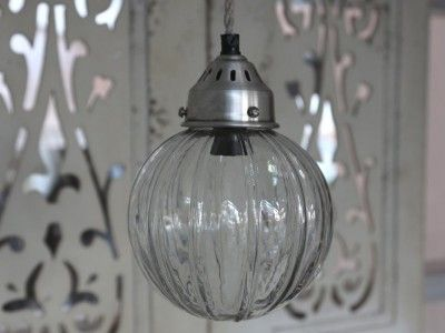 Vacker gammeldags designad tak/fönster lampa med rund glas kupa dekorerad med mönster i glaset. Med silver färgad metall kupa oc