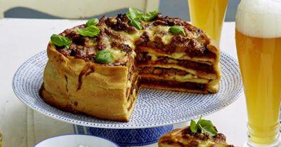 Сытный вкусный пирог с мясом рецепт по подаче оригинальный, смотрите почти многоэтажная пицца! Хватит на большую семью или целую компанию!  Готовьте пирог-пиццу на свой вкус, мы даем лишь один из вариантов рецепта!