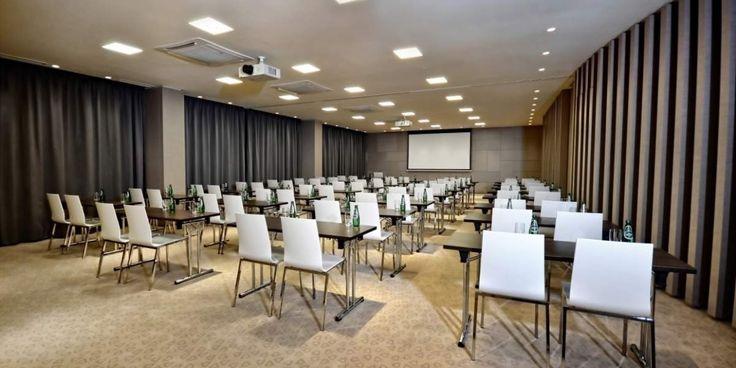Mieszcząca się na terenie Sound Garden Hotel sala Concerto to wymarzone miejsce na konferencje, prezentacje czy szkolenia. Sala może zostać podzielona na dwa, niezależne pokoje. Przeszklona na całej długości ściana zewnętrzna zapewnia dostęp do światła dziennego oraz poczucie dodatkowej, nieograniczonej przestrzeni. Concerto wyposażona jest w nowoczesny sprzęt audio-wizualny: projektor multimedialny 4500ANSI, ekran 317x184 cm (16:9), system nagłośnieniowy, mikrofony oraz flip-charty. Na…