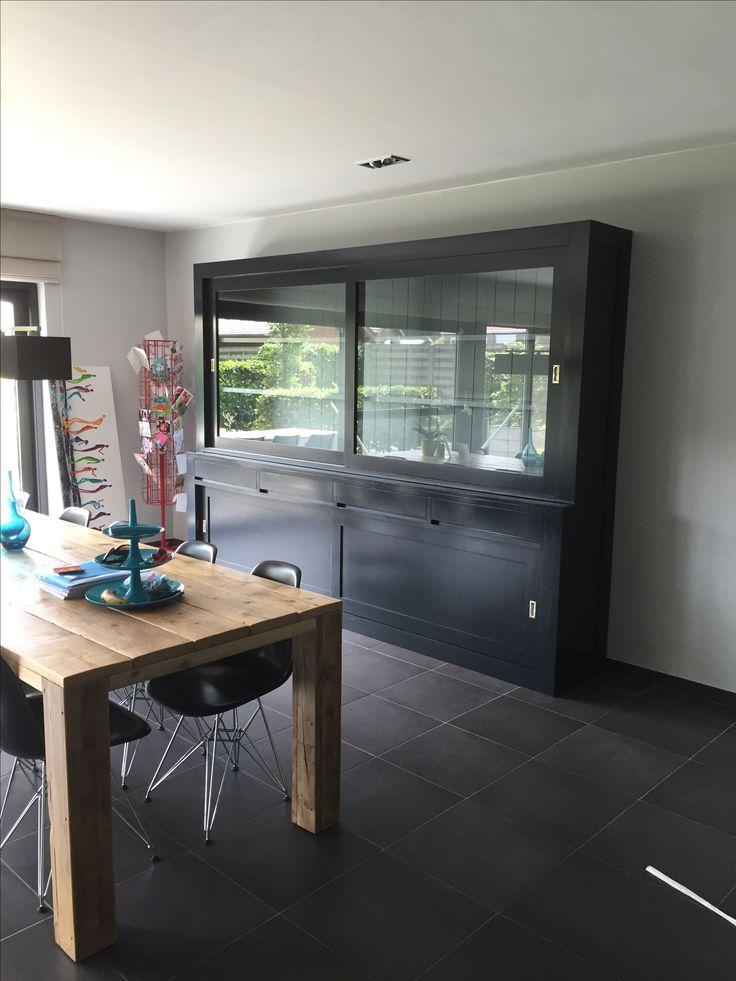 Grote imposante designkast buffetkast in het zwart met grijze binnenkant 300cm breed. www.meubeloutletdekoning.nl