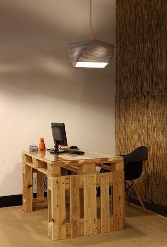 Muebles De Oficina Hechos De Palets De Madera. El día de ahora he decidido mostrarte varias ideas de muebles elaborados con palets de madera para oficinas pequeñas, para oficinas grandes, para oficinas modernas y para oficinas clásicas. Así que no dejes de verlos para que ... Ver más aquí: https://decoraciondeoficina.com/muebles-oficina-hechos-palets-madera/