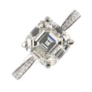 LOT:195   A platinum diamond single-stone ring.