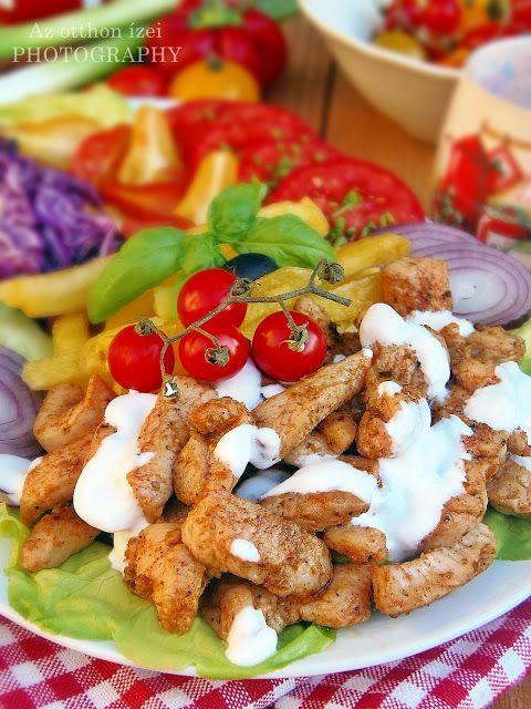 Mindenki tudja, hogy a görög konyha világhódító remekműve a gyros. (Gyro jelentése: forgás). Függőleges nyársakra húzzák a h...